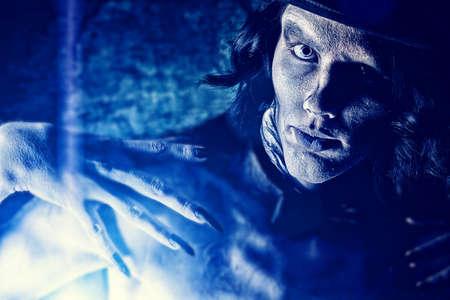 beenderige: Close-up portret van een sombere vampier die zich op de nacht achtergrond. Halloween. Stockfoto