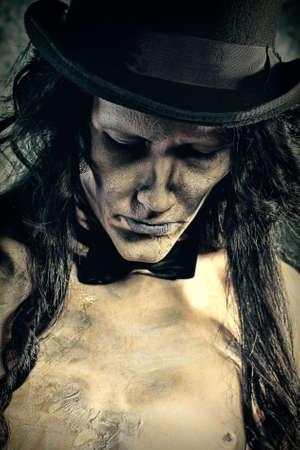wilkołak: Close-up portret ponurego wampira stojÄ…cy na tle nocy. Halloween.