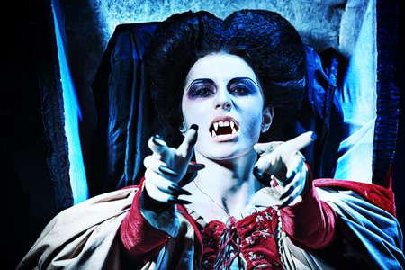 ghost face: Vampiro assetato di sangue femminile sorge dalla bara nel cimitero notte.