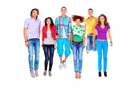 personas saltando: Grupo de jóvenes alegres que saltan juntos. Aislado sobre fondo blanco.