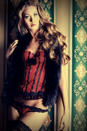 deseo sexual: Hermosa mujer moda sobre fondo vintage.