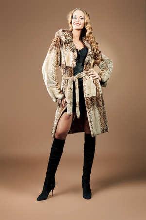 manteau de fourrure: Belle femme glamour en manteau de fourrure posant dans le studio. Banque d'images
