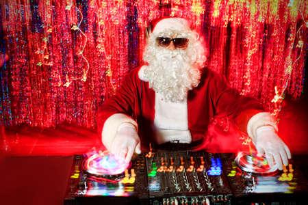 DJ Kerstman het mengen van een aantal kerstsfeer. Disco lichten op de achtergrond.