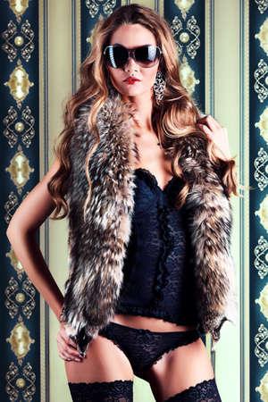 corsetto: Bella donna alla moda in lingerie sexy su sfondo vintage.