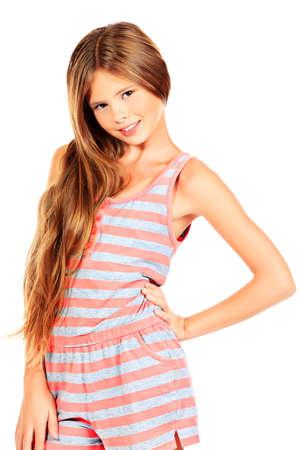 jolie petite fille: Portrait d'une jeune fille heureuse souriant à la caméra. Isolé sur fond blanc.