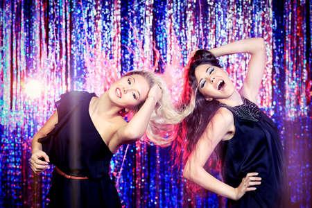 chicas bailando: Dos ni�as alegres bailando en una fiesta.