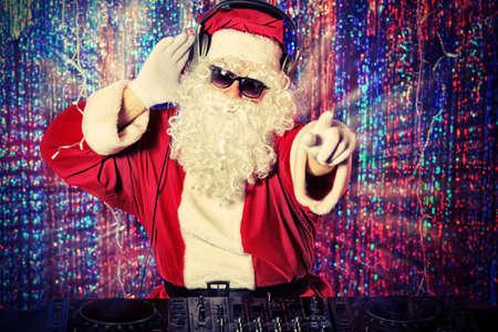 claus: Santa Claus DJ mezclando un poco de alegr�a navide�a. El disco enciende en el fondo.
