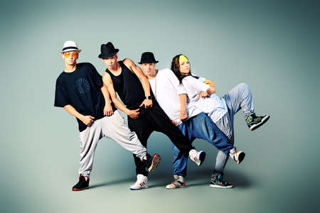 danza moderna: Grupo de bailarines modernos bailando hip-hop en el estudio. Foto de archivo
