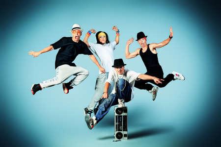 Groep van moderne dansers dansen hip-hop op studio.