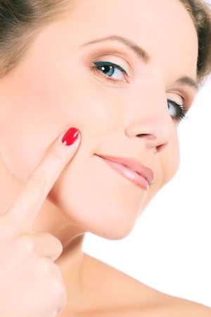 donne mature sexy: Ritratto di una bella donna giovane prendersi cura del suo viso. Isolato su sfondo bianco