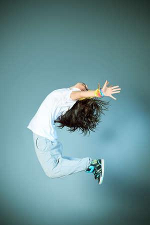 Moderne Mädchen tanzen Hip-Hop im Studio.