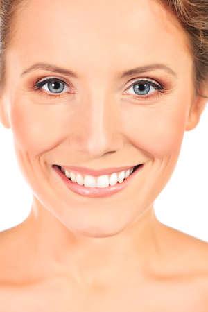 donne mature sexy: Ritratto di una bella giovane donna sorridente. Isolato su sfondo bianco