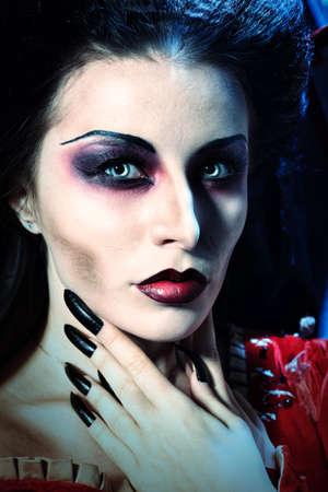 garra: Retrato de una mujer vampiro hermoso.
