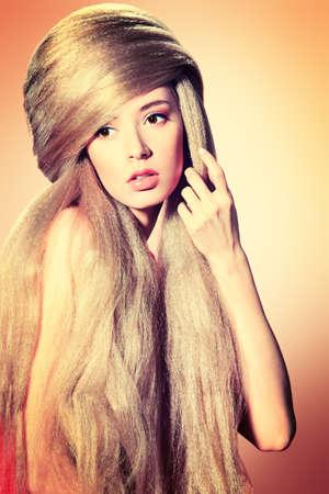 Belle femme blonde avec coiffure à la mode