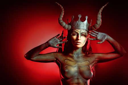 demonio: Diablo hermoso y aterrador mujer. Proyecto de arte.