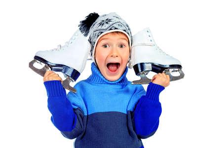 niño en patines: Muchacho alegre poco en suéter y sombrero de la celebración de la figura patines. Aislado sobre fondo blanco