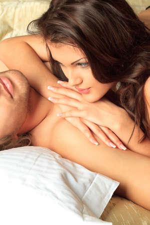couple bed: Jeune femme et un homme amoureux couché dans un lit. Banque d'images