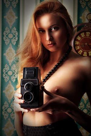 jeune femme nue: S�duisante jeune femme nue posant dans la lingerie sexuelle sur fond vintage. Banque d'images