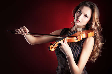 violinista: Elegante mujer joven tocando su viol�n con la expresi�n.