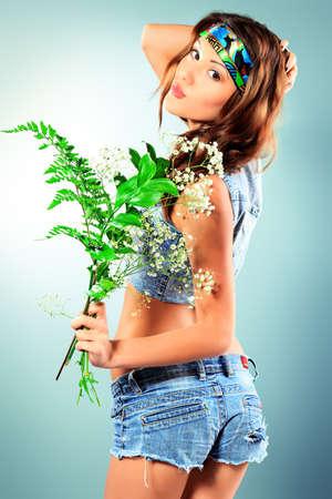 figli dei fiori: Ritratto di una giovane donna attraente in abbigliamento jeans.