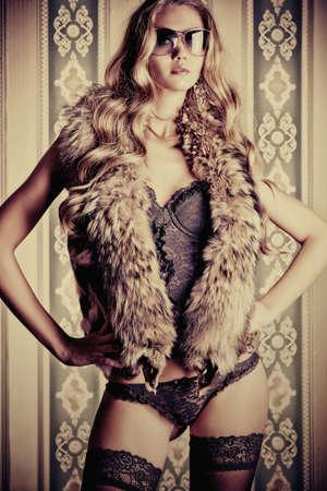 lenceria: Hermosa mujer de moda en lencería sexy sobre fondo vintage.