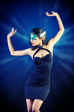 maquillaje de fantasia: Retrato de una mujer joven y hermosa con maquillaje de fantas�a. Fondo oscuro.