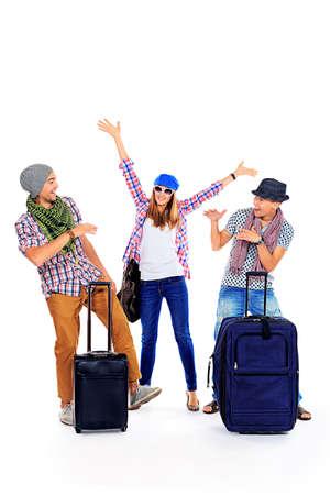 femme valise: Groupe de jeunes gais debout, ensemble avec des valises sur fond blanc.