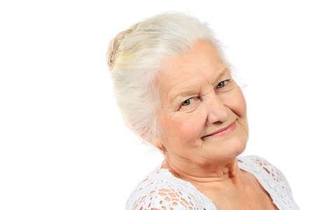 abuela: Mujer mayor feliz que sonr�e a la c�mara. Aislado en blanco.