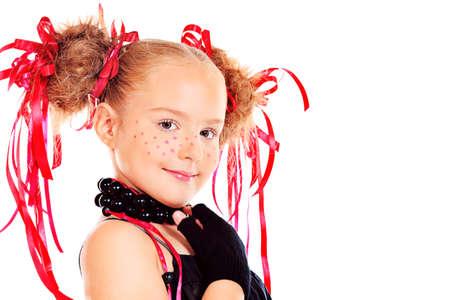 maquillaje de fantasia: Retrato de una niña feliz festivo divertido con el maquillaje, el peinado. Aislado en blanco.