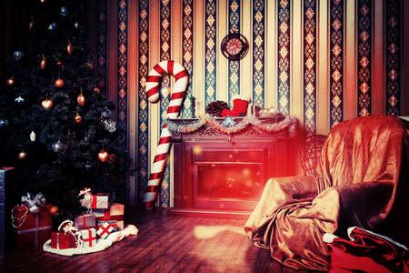 camino natale: Decorazioni di Natale a casa con albero, regali e camino.