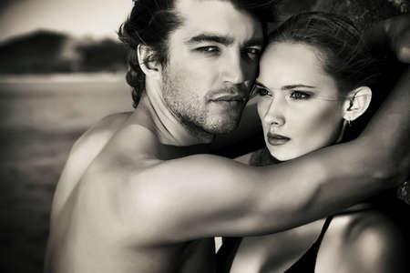 parejas sensuales: Negro y blanco retrato de una pareja sexual en los jóvenes les encanta tener vacaciones en el mar.