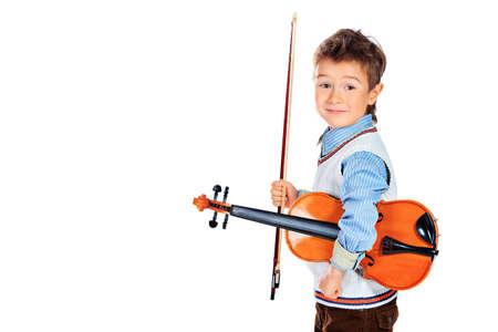 Retrato de un ni�o que presenta con su viol�n. Aislado sobre fondo blanco. Foto de archivo - 18352805