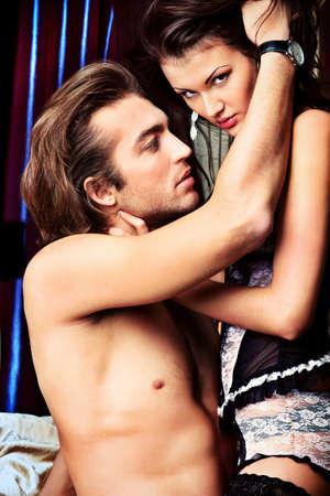 femme sexe: Sexy jeune couple jouant � des jeux d'amour dans une chambre � coucher.