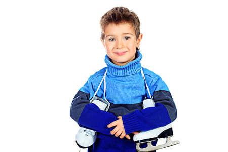 niño en patines: Muchacho alegre poco en suéter caliente que sostiene la figura patines. Aislado sobre fondo blanco