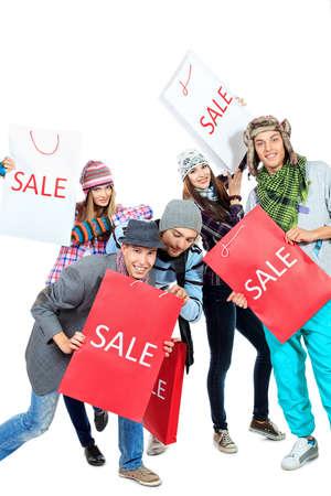 gente loca: Grupo de alegres j�venes con bolsas de la compra. Aislado sobre fondo blanco.