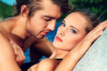 embracing couple: Hermosa pareja de j�venes enamorados que tiene vacaciones en el mar. Foto de archivo