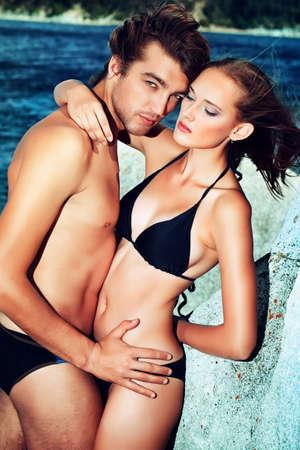 parejas sensuales: Hermosa pareja de j�venes enamorados que tiene vacaciones en el mar. Foto de archivo