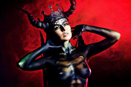 demonio: Mujer del diablo hermoso y aterrador. Proyecto de arte.