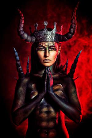 satanas: Diablo hermoso y aterrador mujer. Proyecto de arte.
