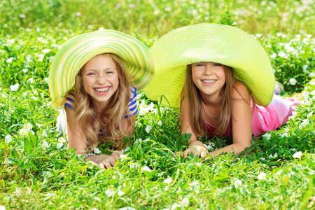 chicas divirtiendose: Dos ni�as felices verano divertirse al aire libre.