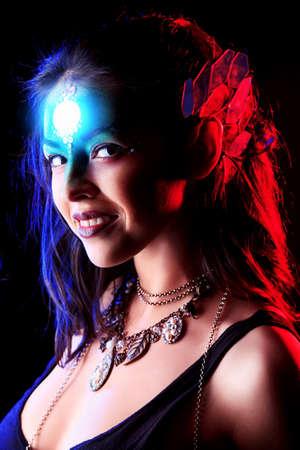 maquillaje de fantasia: Retrato de una mujer joven y hermosa con maquillaje de fantas�a. Fondo negro.