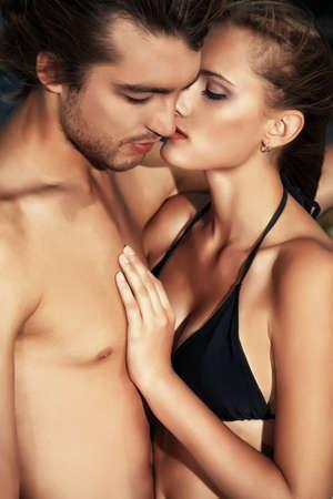parejas sensuales: Hermosa pareja de j?es enamorados que tiene vacaciones en el mar.