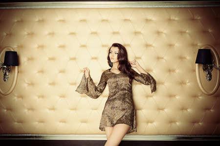 豪華なクラシックなインテリアに性的な若い女性。