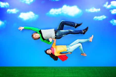恋空を飛んでいる若者のカップル。
