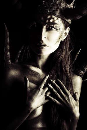demonio: Primer plano el retrato de una bella y temible mujer del diablo
