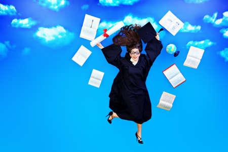 libros volando: Estudiante graduado feliz está volando en el cielo con su diploma y libros