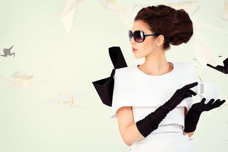 Close-up kunst mode foto van een prachtige vrouw in papieren jurk. Zwart en wit. Stockfoto