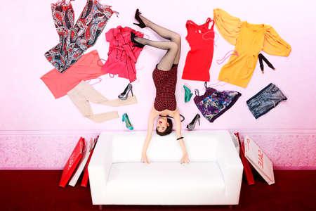 donna volante: Affascinante donna alla moda che volano nella stanza, circondato da un sacco di vestiti.