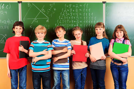 niÑos contentos: Grupo de escolares felices en un aula. Educación.