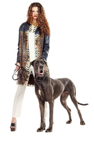 mujer con perro: Joven y bella mujer posando con su perro Gran Dan? Aislado en blanco. Foto de archivo